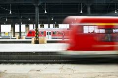 Поезд выходит станция Стоковая Фотография