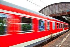 Поезд выходит станция Стоковые Изображения RF