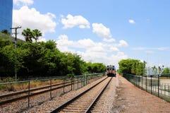 Поезд выходя, взгляд перспективы от станции Стоковые Изображения RF