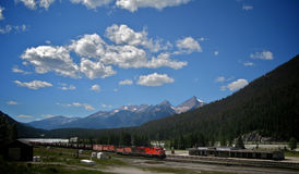 Поезд в золотой Британской Колумбии Стоковое Изображение