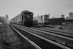Поезд в покое в дворе рельса Стоковое фото RF