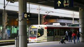 Поезд Гонконг lrt перехода рельса света Mtr сток-видео