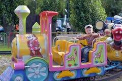 поезд езды s детей Стоковая Фотография