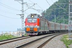 Поезд едет на рельсах около городка Сочи Стоковая Фотография