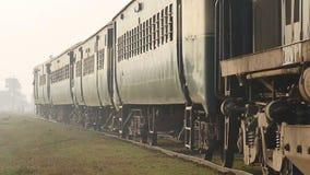 Поезд железных дорог Пакистана проходя сторону страны видеоматериал