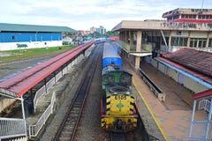 Поезд ждать для того чтобы уйти на железнодорожном вокзале Beaufort, Сабахе Стоковое Фото
