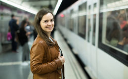 Поезд метро девушки ждать Стоковая Фотография