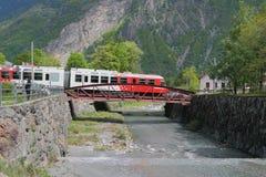 Поезд, мост и река Trient Vernayaz, Martigny, Швейцария Стоковая Фотография RF