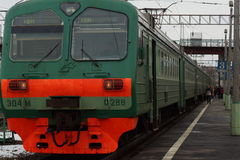 Поезд на железнодорожном вокзале Стоковое фото RF