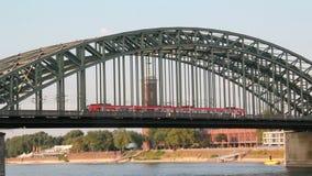 Поезд на мосте в Кёльне, Германии акции видеоматериалы