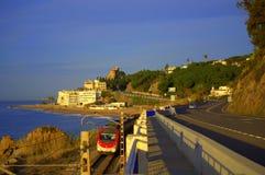 Поезд на прибрежной железной дороге, Испании Стоковая Фотография RF