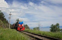 Поезд на Circum-Байкале Стоковая Фотография