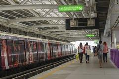 Поезд неба людей ждать Стоковые Изображения RF