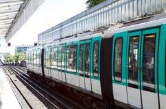 Поезд остановленный в станции метро Парижа Стоковые Изображения RF