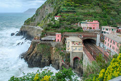 Поезд отслеживает итальянское побережье Стоковое Фото