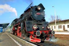 Поезд пара с дымом; Wolsztyn, Польша Стоковая Фотография