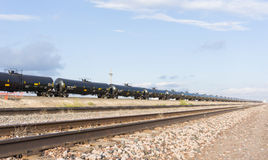Поезд перехода BNSF масла Техаса при масляные баки отставая до A.M. Стоковые Изображения