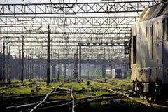 Поезд покидая станция стоковые изображения