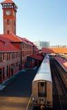 Поезд покидая старая платформа железнодорожной станции Стоковое фото RF