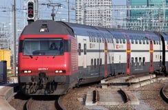 Поезд приезжая к железнодорожному вокзалу основы Цюриха Стоковая Фотография RF