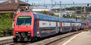 Поезд приезжая к железнодорожному вокзалу основы Winterthur Стоковые Изображения
