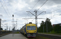 Поезд приезжая на железнодорожную платформу стоковое фото rf
