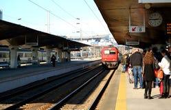 Поезд приезжая на платформу Стоковые Изображения