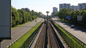 Поезд пропуская через сельскую местность, moving железнодорожные пути акции видеоматериалы