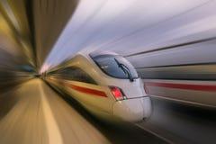 Поезд проходя станцию Стоковые Изображения RF