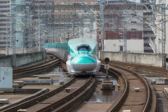 Поезд пули серии E5 (высокоскоростной или Shinkansen) стоковое изображение