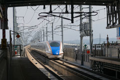 Поезд пули серии E7 (высокоскоростной или Shinkansen) стоковое фото