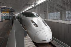 Поезд пули 800 серий (высокоскоростной или Shinkansen) стоковое фото