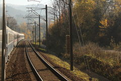 Поезд свертывает дальше в осени стоковая фотография rf