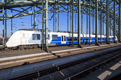 Поезд соотечественника срочный региональный на мосте Hohenzollern стоковые изображения