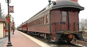 поезд станции автомобилей старый Стоковые Изображения