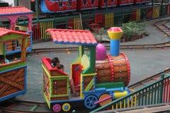 Поезд Томаса малый в парке атракционов Шэньчжэня Стоковая Фотография