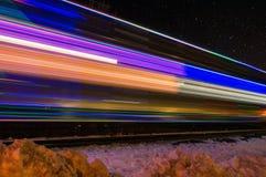 Поезд украшенный с нерезкостями светов праздника в прошлом Стоковое фото RF