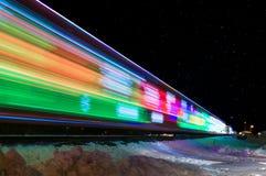 Поезд украшенный с станцией листьев светов праздника Стоковое фото RF