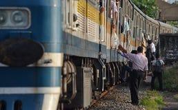 Поезд людей всходя на борт Стоковые Изображения