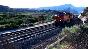 Поезд BNSF идя вверх пропуск Cajon видеоматериал