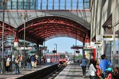 Поезд DLR причаливая канереечной станции причала Стоковое Фото