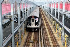 Поезд MTA j Стоковые Изображения