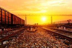 Поезд Reight проходя мимо на луч захода солнца Стоковое Изображение
