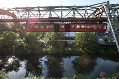 Поезд Schwebebahn в Вуппертале Германии Стоковые Изображения RF