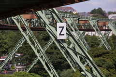 Поезд Schwebebahn в Вуппертале Германии стоковая фотография