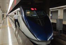 Поезд Shinkansen ждет пассажиров на стержне Ueno токио. Стоковые Фото