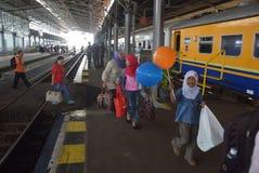 Поезд Tawang Jaya запуская самое длинное к Джакарте Стоковые Фотографии RF
