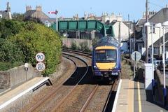 Поезд Turbostar входя в станцию Carnoustie Стоковые Изображения