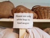 Пожалуйста используйте только белые сумки для того чтобы нагрузить знак фуры на полке стоковое фото