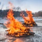 2 пожара паллета горят ярко Стоковое Изображение RF